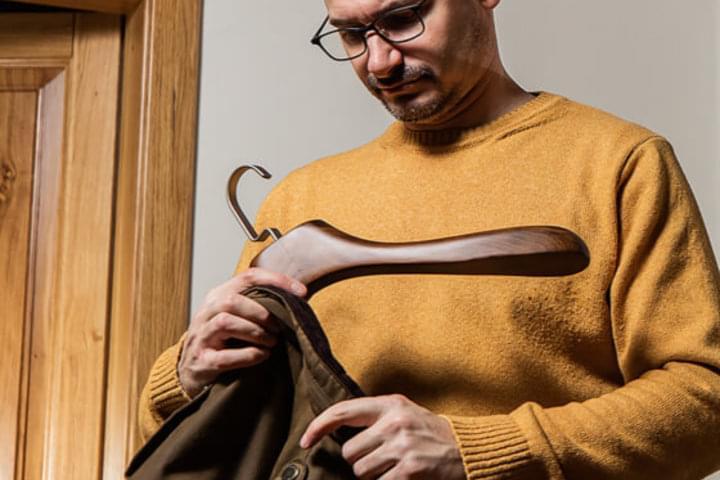 Šatní ramínka unesou i těžké oděvy