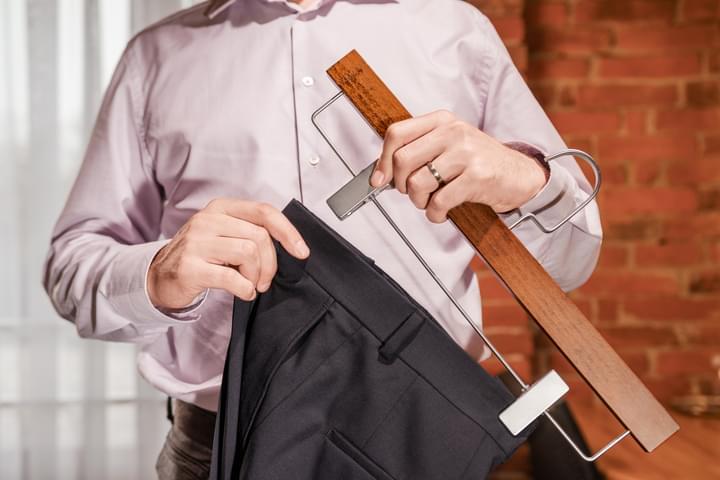 Pánské dřevěné ramínko na kalhoty
